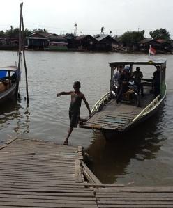 Ini salah satu transportasi di sungai Barito yang merupakan tumpuan bagi warga sekitar untuk menyebrang dari 1 pulau kepulau yang lain